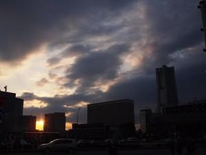 隙間から夕日