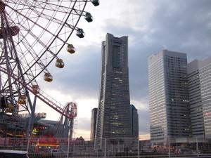 横浜ランドマークタワーを奥に見て